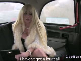 Reusachtig tieten blondine flashin en neuken in fake taxi