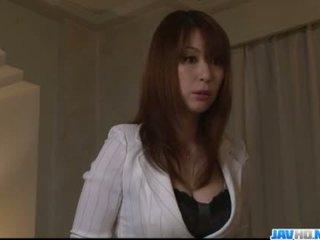 Rondborstig mam araki hitomi enjoys speeltjes in haar vag