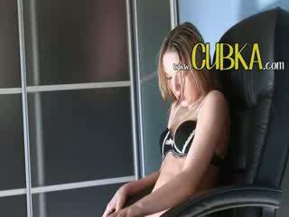 Lonely ivana coed jāšanās par the krēsls