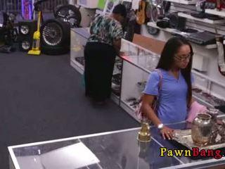 Mooi facial voor dun nauw latina in pawn winkel 0001