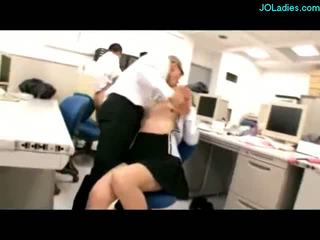 Офіс леді giving мастурбація сперма для цицьки stimulated з vibrators смокче cocks трахкав по guys на the стіл в the офіс