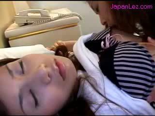 Á châu cô gái getting cô ấy núm vú sucked âm hộ rubbed trong khi 3 rd cô gái ngủ trên các giường
