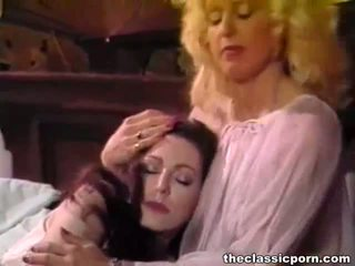 Retro lesbid tibud armas keppimine edasi the voodi
