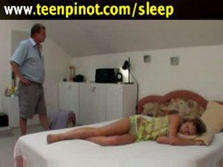 Durmiendo nena follada por senior