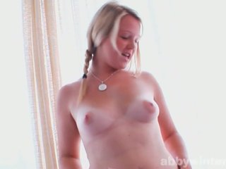 Lubben tenåring shows henne sexy curves