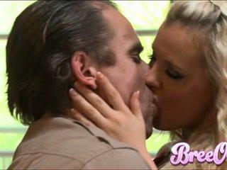 Agressive blondie bree olson stuffs dela boca com um thick shaft e enfuns ele