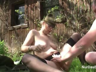 Alemão milf sedução para caralho ao ar livre em floresta por feia homem
