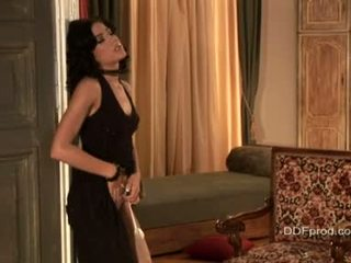 Brunette sexytie anita pearl stripping og poserer henne sexy kroppen