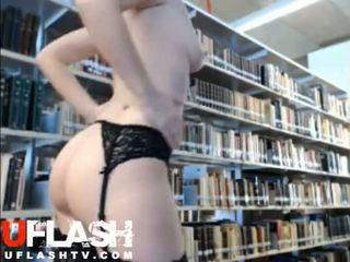Nuda in pubblico biblioteca amatoriale bionda giovanissima webcam flashing exhibitionist