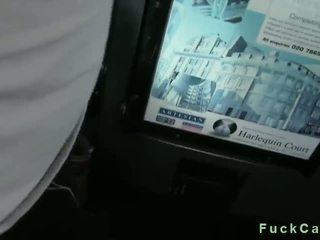 ضخم الثدي عاهرة مص قضيب في fake taxi
