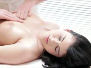 Heet luci li gets een vol lichaam massage