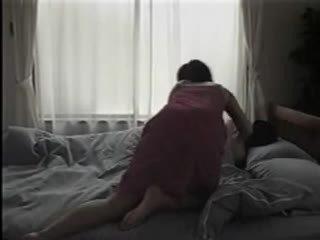 Japonesa mujer desvistiendo y having sexo en la cama