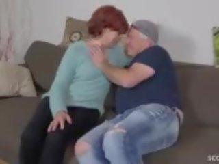 ステップ 息子 誘惑する 醜い 毛深い おばあちゃん へ ファック と 飲み込む