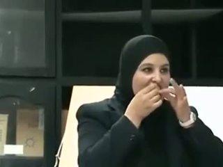 Arab mädchen puts kondom aus mund