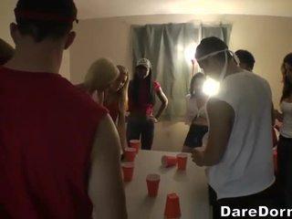 Sexy dronken meisjes getting geneukt bij een party