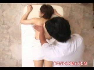 Massagist laten schoolmeisje drank aphrodisiac