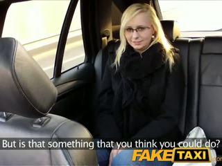 Faketaxi taxi driver fucks kính cô gái tóc vàng trên ghế sau - khiêu dâm video 321