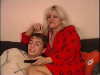 मोम और बेटा वाचिंग टीवी पर काउच