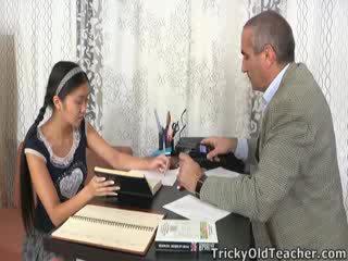 Ini warga asia murid adalah loving yang perhatian daripada beliau tutor