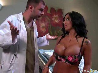 Sienna west gets henne sexig röv examined av doktorn