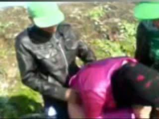 Hot egyptisk jente knullet av tow man's i bondegård