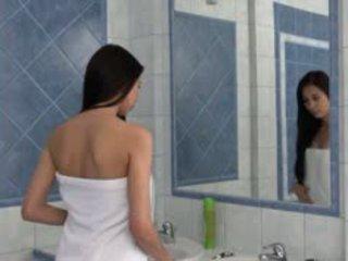 Paula teasing vastgrijpen in de bath tube