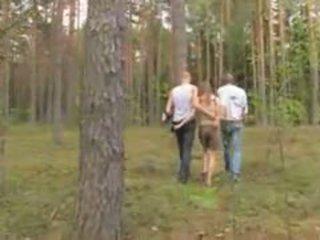 Amadora letã sexo a três em o floresta