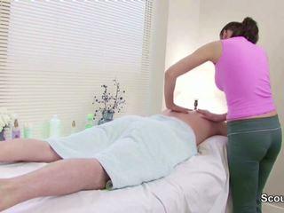 Stranger съблазнявам masseuse към майната в масаж parlour.