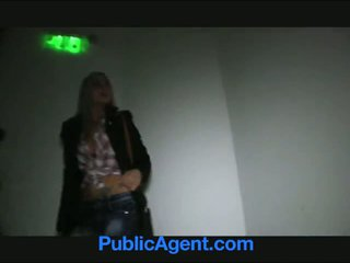 Publicagent sexy blondine met firma bips swallows sperma