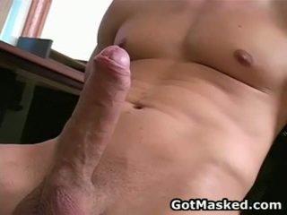 Hunky homosexual guy stripping un raušana viņa 10 pounder 26 līdz gotmasked