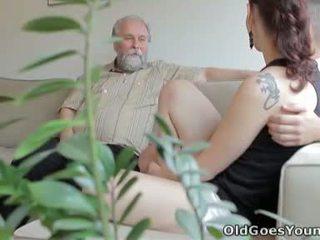 Ilona e suo uomo are sharing un buono tempo quando lui invites suo maggiore amico oltre