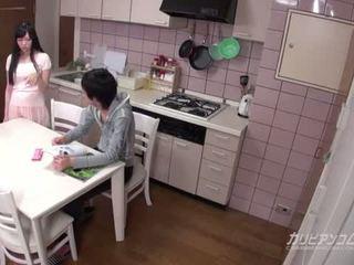 Jung bruder und sisiter having spaß zeit während parents are entfernt