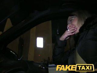 Faketaxi blondýnka gets ji kit pryč v taxi cab - porno video 481