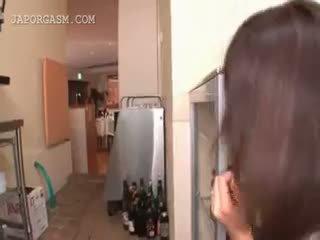 Groot titted japans getting ruw seks bij werk