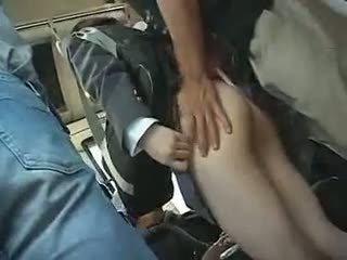 Koolitüdruk has kuni andma a suhuvõtmine sisse a buss