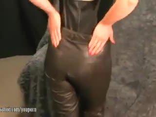 Sexy milf takes af pants en plays met sappig dame lips