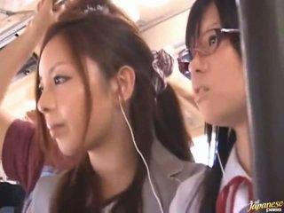 Shameless pervertiert chinesisch females having funtime um bananas im öffentlich bus
