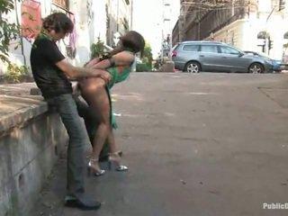 Søt lea laget kjærlighet stor inside den offentlig sted alfresco