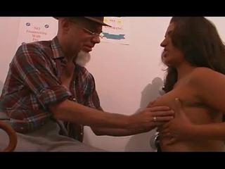Молодий медсестра трахкав по старий людина