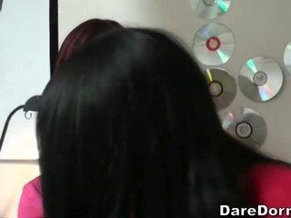 brunette gepost, heetste coed gepost, echt college video-
