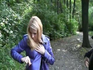 Blondinka seksual perişde ýalaňaç içinde park