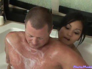 An unusual 按摩 后 taking 一 tub 一起