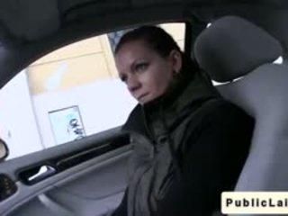 Studenten gives avsugning i fake taxi i offentlig