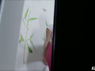 뜨거운 이웃 사람, abby 십자가, gets stalked 동안 working 아웃. 그녀 trips 그녀의 skin 단단한 레깅스 과 exposes 그녀의 섹시한 바보. 그녀 bends 아래로 과 그녀의 젖은 hole gets fingered. 그녀 gets 으로 그만큼 바닥 과 gives a 입. 그녀 gets 하드 코어 바보 ramming 과 receives a plastering 사정.