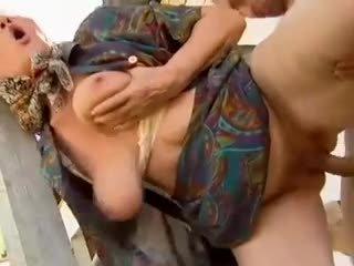 2 trang trại grannies seduced qua trẻ đàn ông