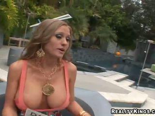 Abby rode ipek yukarı ve getting rewarded için seks