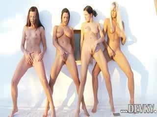Empat lesbian dolls menyumbatkan jari bersama-sama