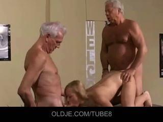 Appetizing jauns blondīne uz an vecs trijatā