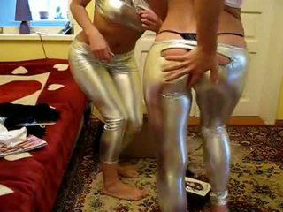 2 holky skúsiť nový žiarivé legíny