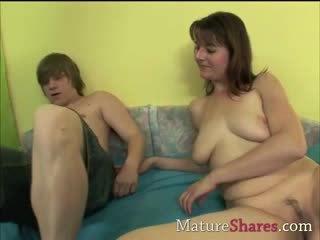 Skaistule puika seduced līdz vecs mammīte